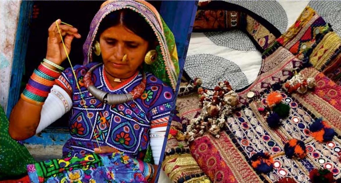 एक जनजातीय महिला हस्तशिल्प का काम करती हुई